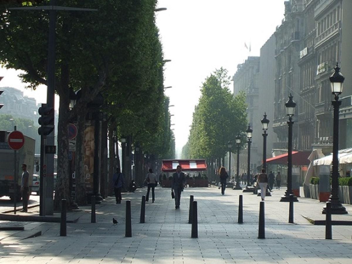 パリ・シャンゼリゼ徒歩3分に住む体験/光と影と鳩と共存で破れたカーテンの記憶